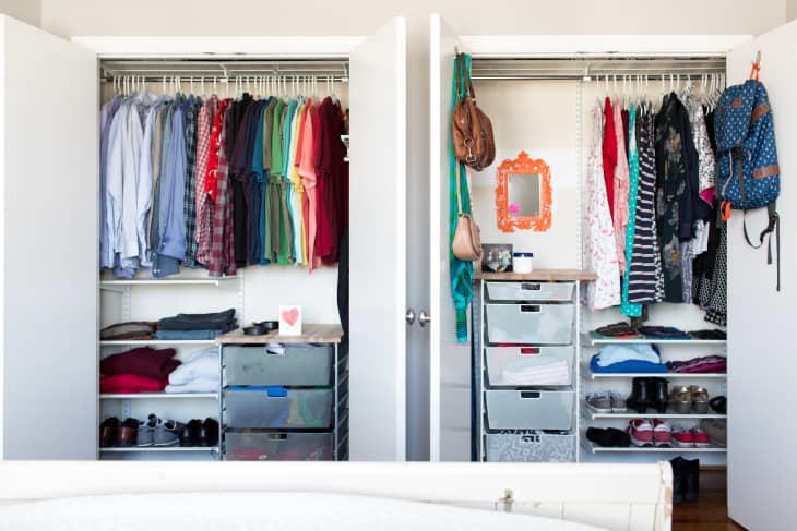 Giải pháp lưu trữ quần áo dành cho 2 người khi ở chung phòng - Ảnh 4.
