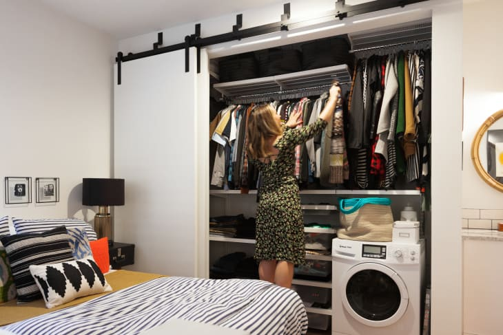Giải pháp lưu trữ quần áo dành cho 2 người khi ở chung phòng - Ảnh 1.
