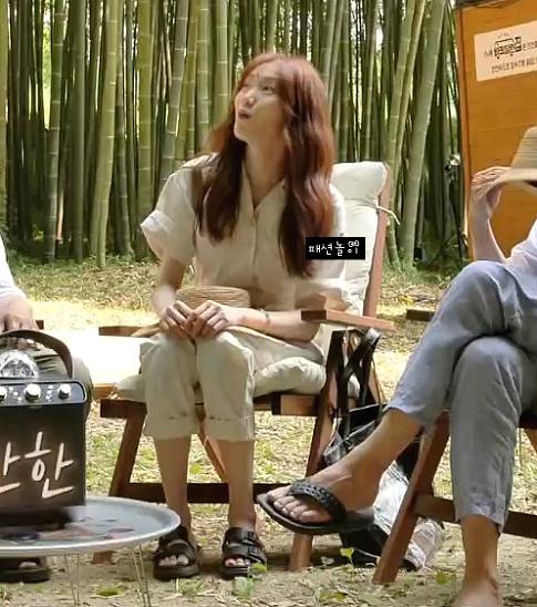 Jisoo, Joy, Lee Sung Kyung… đua nhau diện jumsuit: Netizen người khen dễ thương, người lại chê bất tiện - Ảnh 3.