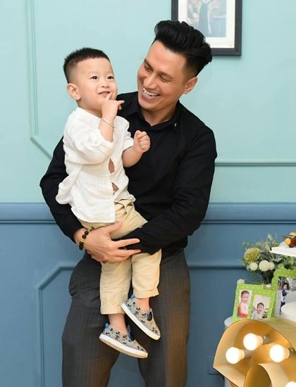 Hậu ly hôn vợ cũ, Việt Anh bất ngờ chia sẻ quan điểm về việc để con trai không bị tổn thương sau khi bố mẹ chia tay - Ảnh 2.