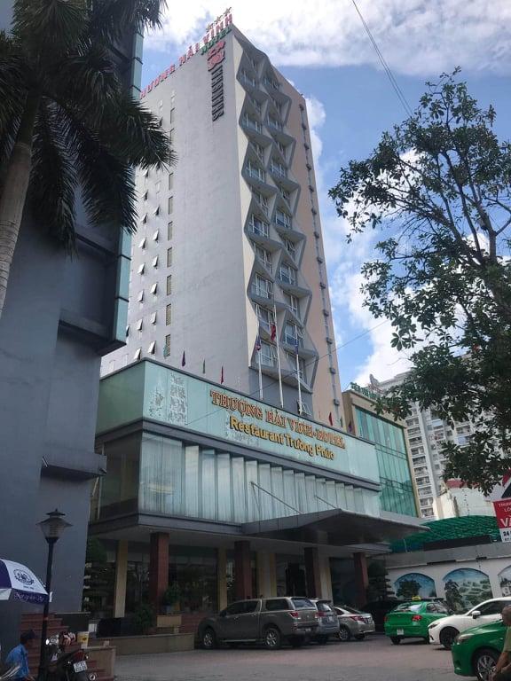 Bé trai 5 tuổi rơi từ tầng 9 khách sạn tử vong thương tâm - Ảnh 1.
