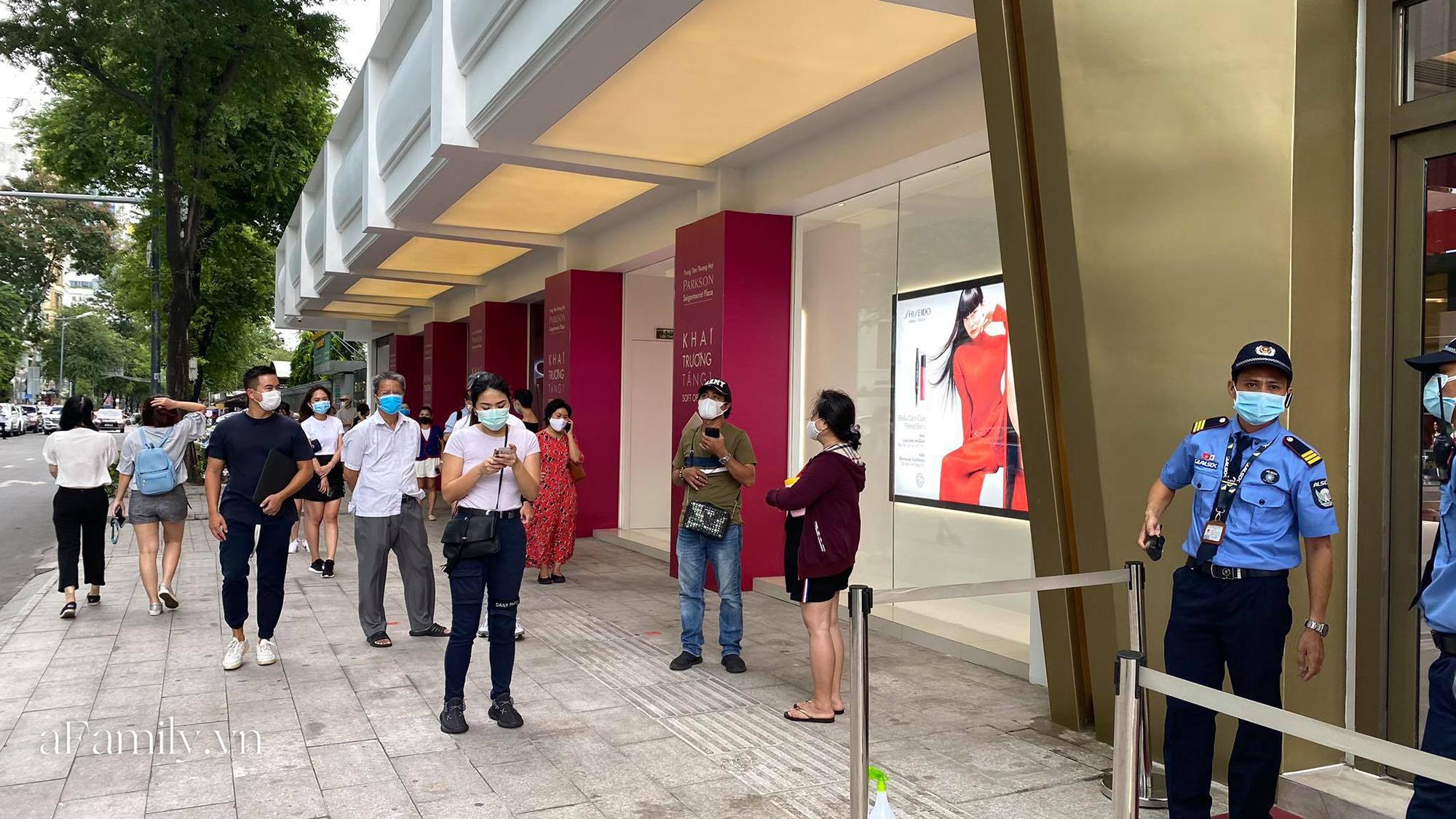 """Ngày đón khách đầu tiên của MUJI tại Sài Gòn, không truyền thông rầm rộ nhưng dòng người xếp hàng dài cách nhau 2m vẫn nối đuôi như """"vô tận""""  - Ảnh 1."""