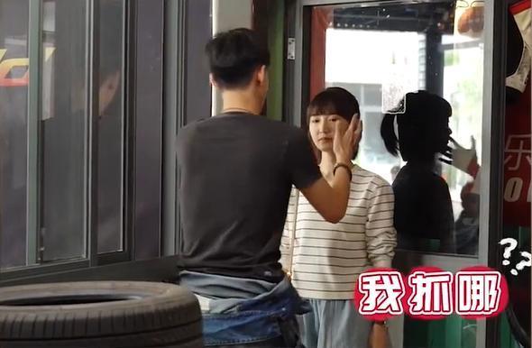 """""""30 chưa phải là hết"""": Lộ bí mật sau cảnh hôn bị ném đá của Mao Hiểu Đồng, nam chính không bích cách ôm hôn  - Ảnh 2."""