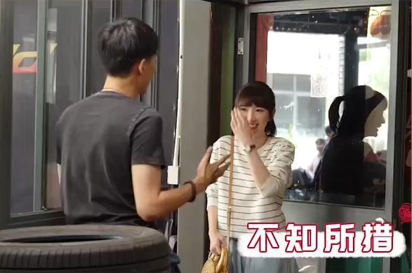 """""""30 chưa phải là hết"""": Lộ bí mật sau cảnh hôn bị ném đá của Mao Hiểu Đồng, nam chính không bích cách ôm hôn  - Ảnh 3."""