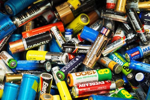 1/3 trẻ em trên thế giới đang bị đầu độc bằng chì do tái chế pin không đạt tiêu chuẩn, đồ chơi cũng có thể là nguồn nhiễm - Ảnh 1.
