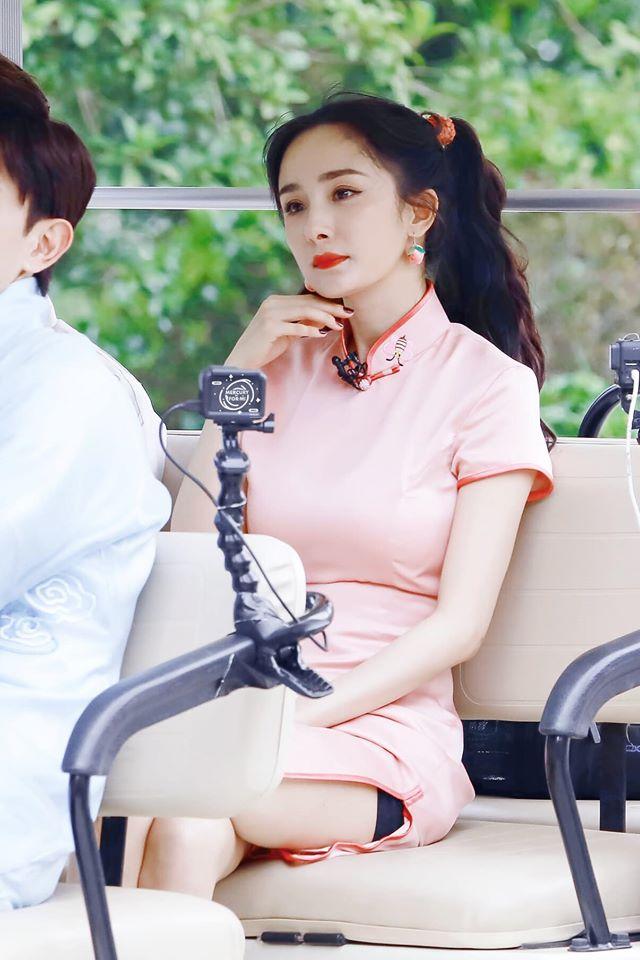 Dương Mịch mặc sườn xám xẻ cao khoe ngực đầy gợi cảm nhưng khi ngồi xuống lại lộ cả quần bảo hộ  - Ảnh 2.