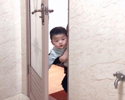 Mẹ đang trong nhà vệ sinh, cảnh tượng 3 bé trai lần lượt xuất hiện ngoài cửa khiến ai nấy phải phì cười vì quá đáng yêu - Ảnh 2.