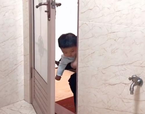 Mẹ đang trong nhà vệ sinh, cảnh tượng 3 bé trai lần lượt xuất hiện ngoài cửa khiến ai nấy phải phì cười vì quá đáng yêu - Ảnh 1.
