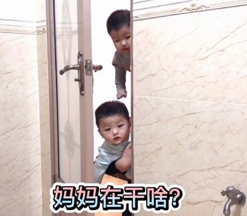 Mẹ đang trong nhà vệ sinh, cảnh tượng 3 bé trai lần lượt xuất hiện ngoài cửa khiến ai nấy phải phì cười vì quá đáng yêu - Ảnh 3.