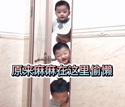 Mẹ đang trong nhà vệ sinh, cảnh tượng 3 bé trai lần lượt xuất hiện ngoài cửa khiến ai nấy phải phì cười vì quá đáng yêu - Ảnh 5.