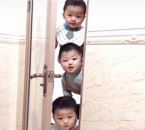 Mẹ đang trong nhà vệ sinh, cảnh tượng 3 bé trai lần lượt xuất hiện ngoài cửa khiến ai nấy phải phì cười vì quá đáng yêu - Ảnh 6.