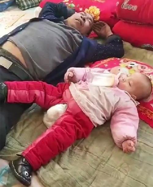 Gửi con cho ông nội trông 1 ngày, khi về nhìn cảnh tượng hai ông cháu ngủ mà người mẹ vừa buồn cười vừa tức giận - Ảnh 1.