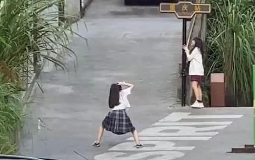 """Hình ảnh hai cô gái nhiệt tình tạo dáng cho nhau khiến dân mạng phụt cười vì độ """"lầy lội"""" khi con gái tìm được đứa bạn thân hợp cạ"""