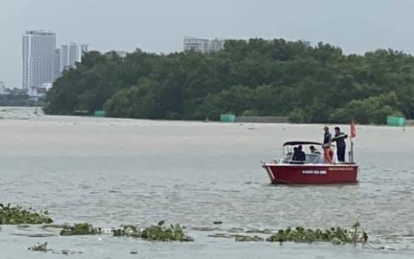 Đang chạy xe máy trên cầu, tài xế hoảng hồn khi nam thanh niên ngồi sau bất ngờ nhảy khỏi xe, gieo mình xuống sông Sài Gòn tự tử