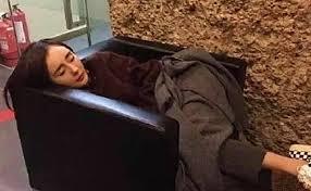 """Cười bể bụng với loạt khoảnh khắc mỹ nhân Hoa ngữ khoe trọn tướng ngủ bá đạo: Lưu Diệc Phi ngủ cũng phải """"show"""" chân dài, Triệu Lệ Dĩnh đứng cũng ngủ được - Ảnh 3."""