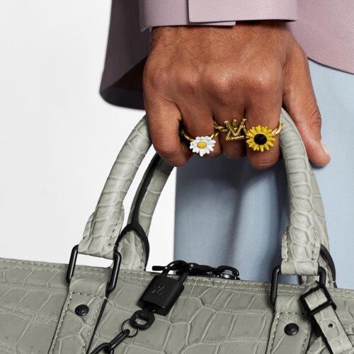 Bóc đồ Sơn Tùng trong MV mới: Diện nguyên BST Xuân-Hè của Louis Vuitton, lái xe cổ đến xe điện, tưởng đeo Apple Watch nhưng hóa ra không phải! - Ảnh 9.