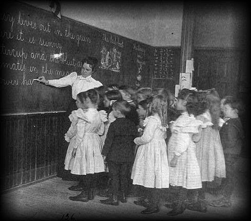 """Trường hợp song trùng rùng rợn nhất: """"Bản sao"""" của cô giáo xuất hiện khiến cả lớp hoảng loạn trong khi bản thân người này lại không hề thấy - Ảnh 1."""