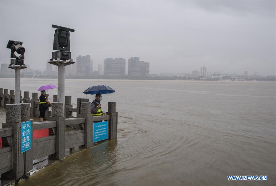 Trung Quốc: Mưa lớn xối xả, Vũ Hán mênh mông nước lụt - Ảnh 5.