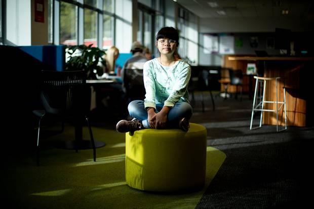 """13 tuổi trở thành tân sinh viên học 2 ngành 1 lúc, bé gái gốc Việt này là ai mà khiến truyền thông New zealand phải ngả mũ bái phục gọi là """"thần đồng đến từ Việt Nam""""? - Ảnh 1."""