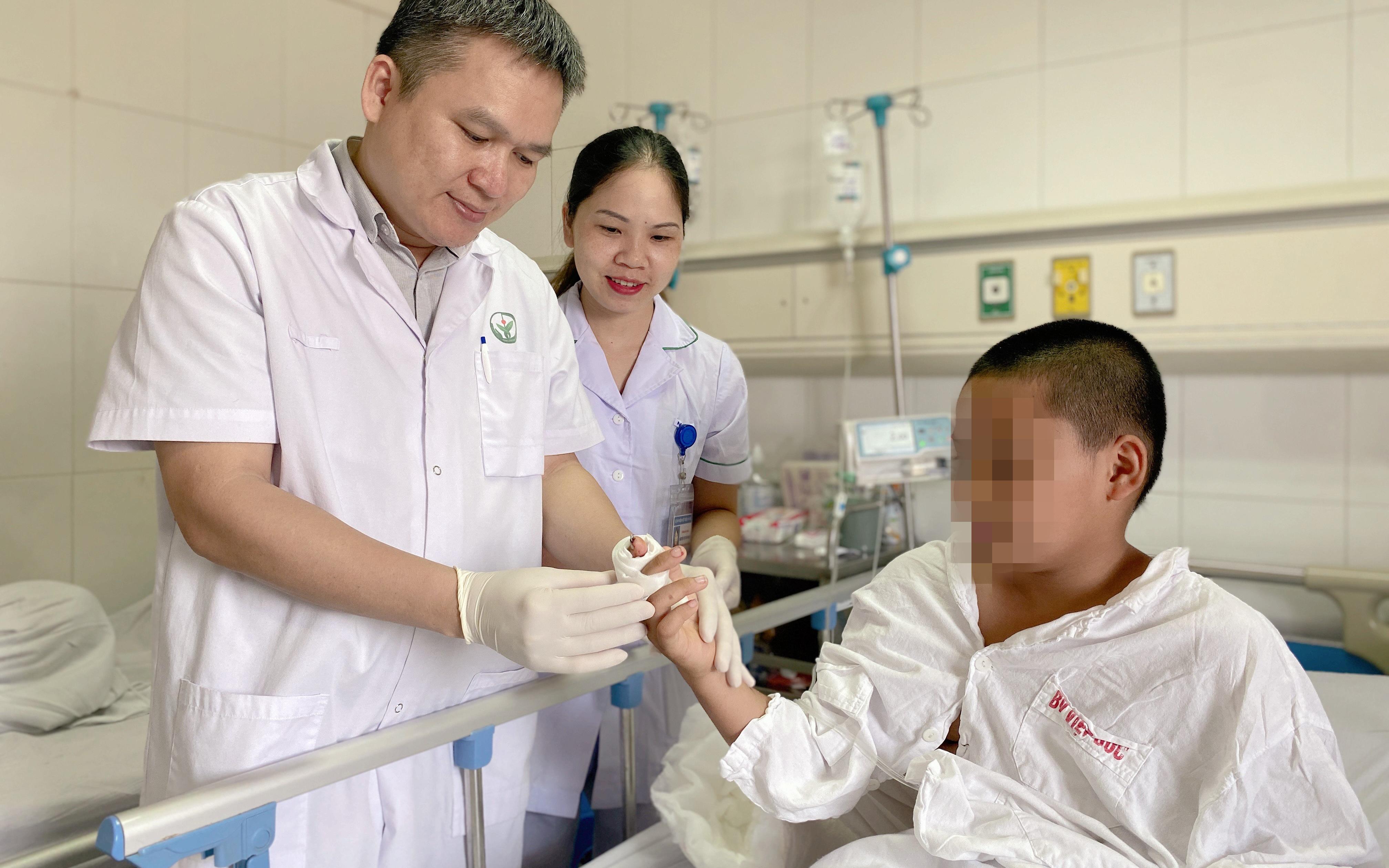 Tự cầm dao bổ bưởi, bé trai 11 tuổi bị đứt rời ngón tay