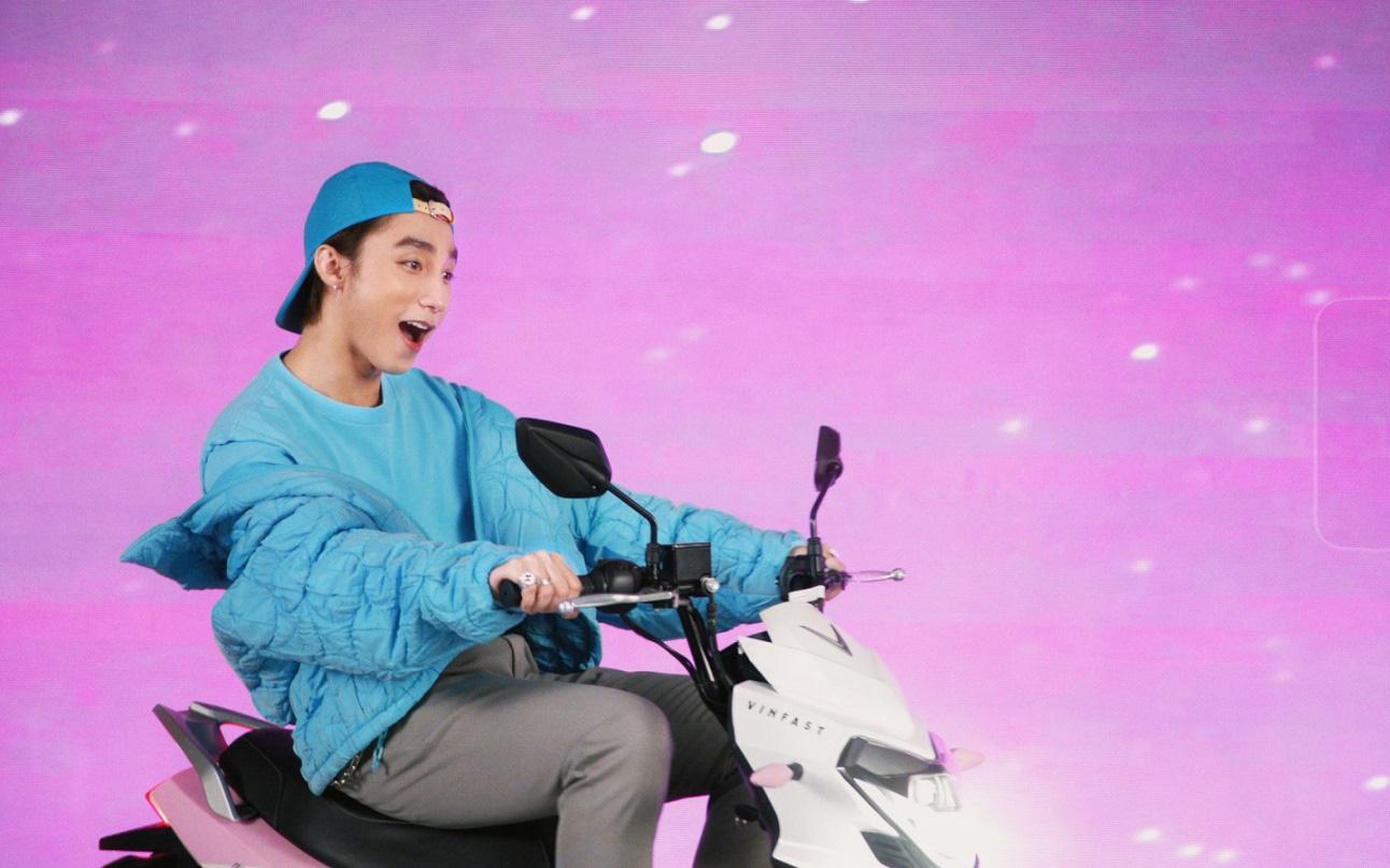 """Xe VinFast màu """"hường"""" gây sốt khi xuất hiện trong MV mới của Sơn Tùng M-TP"""