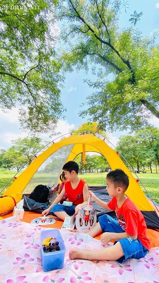 Ngay ở trung tâm Hà Nội có 1 công viên rộng mênh mông, đầy cây xanh - điểm dã ngoại tuyệt vời cho trẻ nhỏ - Ảnh 1.