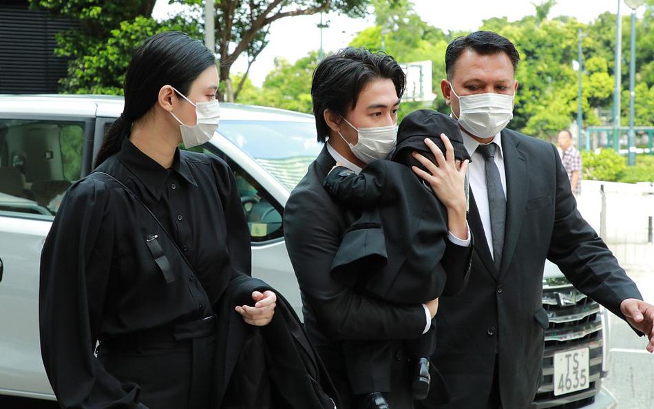 """""""Siêu mẫu Victoria's Secret"""" xuất hiện cùng chồng con tại tang lễ """"vua sòng bài Macau"""" nhưng mọi chú ý lại dồn vào vòng 2 của cô"""
