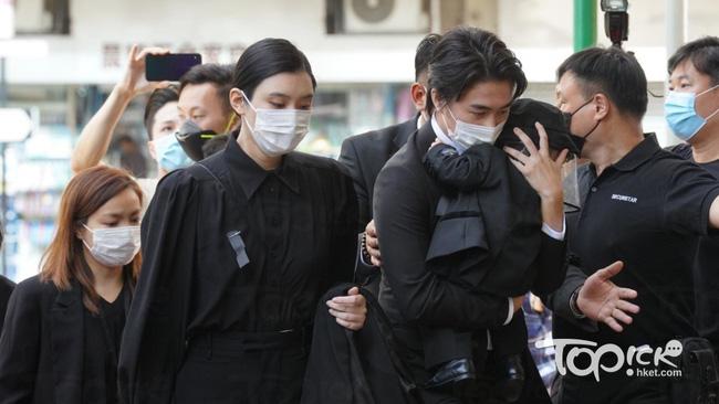 """Xuất hiện cùng chồng và con trai tại tang lễ """"vua sòng bài Macau"""", nhưng dân tình lại chú ý tới vòng 2 của """"siêu mẫu Victoria's Secret"""" Hề Mộng Dao  - Ảnh 2."""