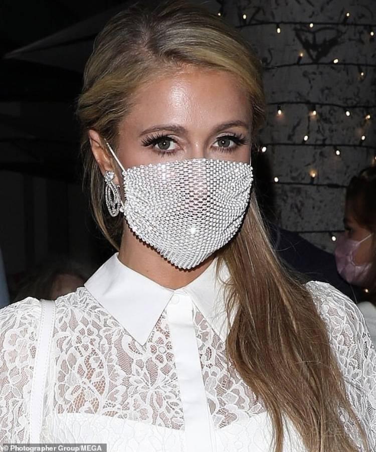 Paris Hilton giờ vẫn nhí nhảnh đeo khẩu trang để làm cảnh và kết quả là bị netizen ném đá không ngớt - Ảnh 2.