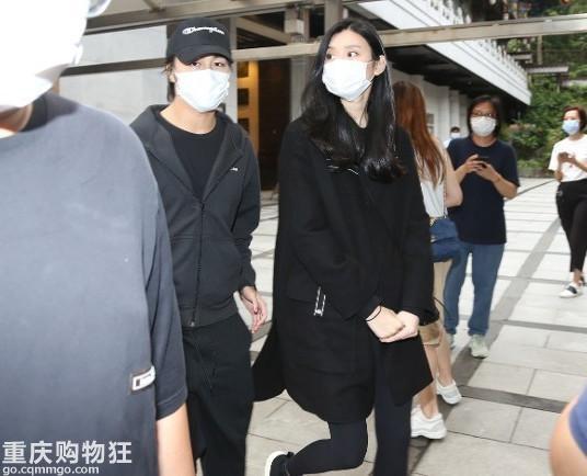 """Xuất hiện cùng chồng và con trai tại tang lễ """"vua sòng bài Macau"""", nhưng dân tình lại chú ý tới vòng 2 của """"siêu mẫu Victoria's Secret"""" Hề Mộng Dao  - Ảnh 3."""