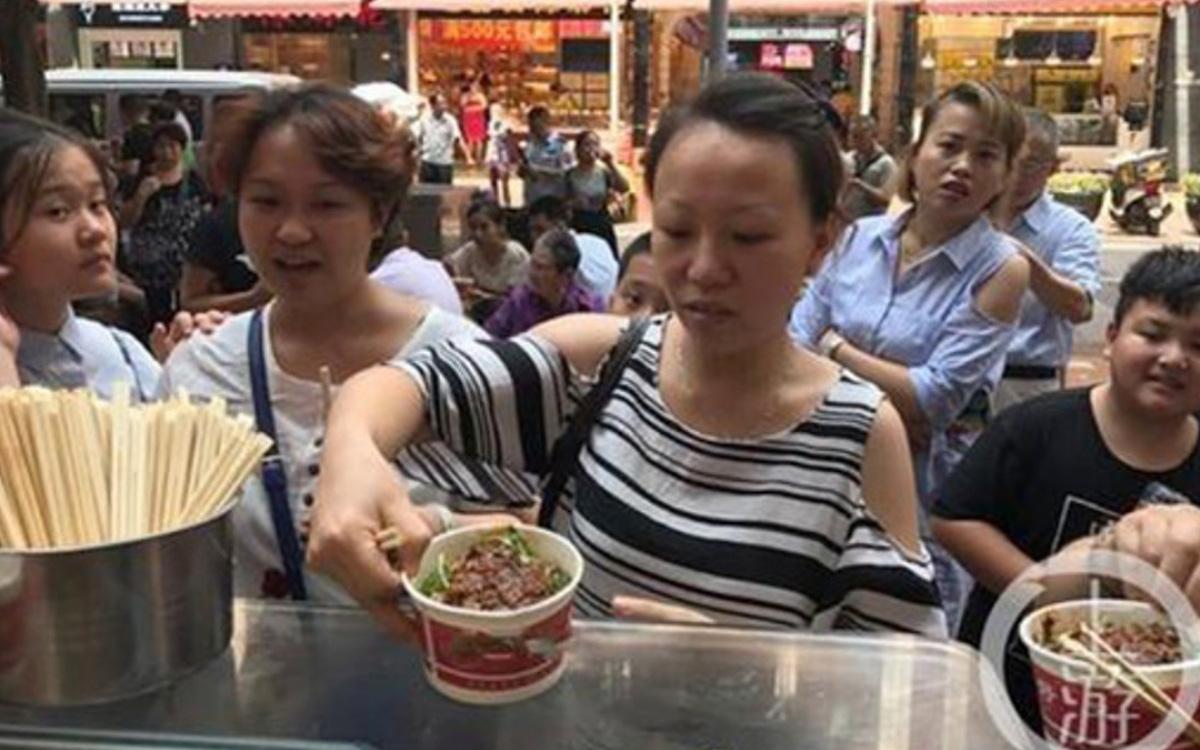 Tìm thấy nhẫn kim cương hỏi vợ ở quán ăn, chú rể liền đãi người dân 5000 bát mì để bày tỏ sự cảm kích