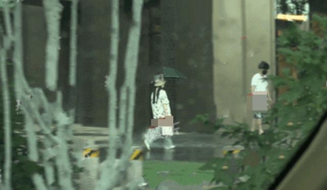 Lý Tiểu Lộ bị bắt gặp xuất hiện cùng trai lạ, tay trong tay dưới màn mưa vô cùng lãng mạn?  - Ảnh 3.