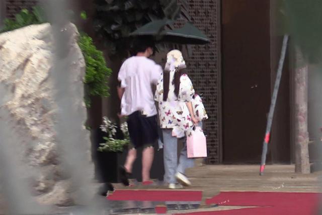 Lý Tiểu Lộ bị bắt gặp xuất hiện cùng trai lạ, tay trong tay dưới màn mưa vô cùng lãng mạn?  - Ảnh 4.