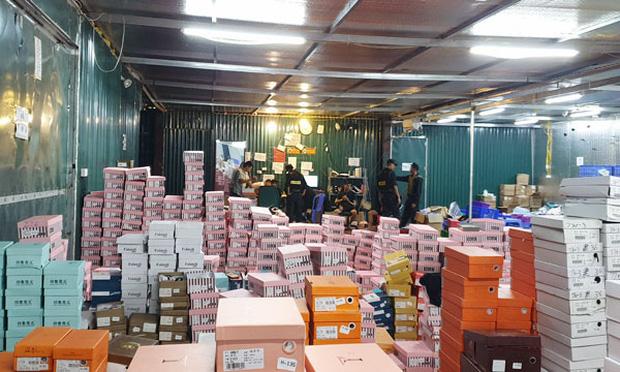Bên trong kho hàng lậu 10.000m2 của thanh niên 9X ở Lào cai: Hàng ngàn sản phẩm giả mạo các nhãn hiệu nổi tiếng, doanh thu hàng tỷ đồng mỗi tháng - Ảnh 1.