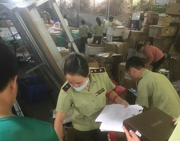 Bên trong kho hàng lậu 10.000m2 của thanh niên 9X ở Lào cai: Hàng ngàn sản phẩm giả mạo các nhãn hiệu nổi tiếng, doanh thu hàng tỷ đồng mỗi tháng - Ảnh 2.