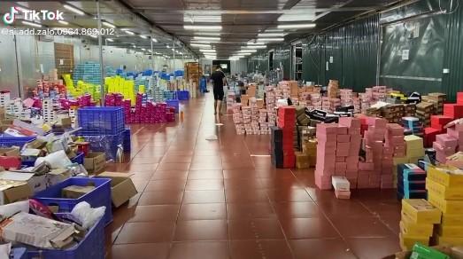 Bên trong kho hàng lậu 10.000m2 của thanh niên 9X ở Lào cai: Hàng ngàn sản phẩm giả mạo các nhãn hiệu nổi tiếng, doanh thu hàng tỷ đồng mỗi tháng - Ảnh 5.