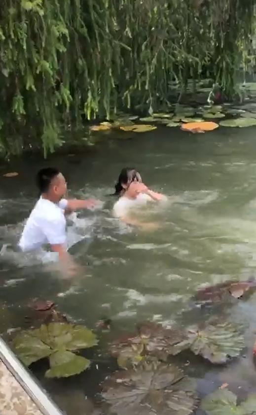 Clip gây phẫn nộ: Nhóm nam sinh hùa nhau ném bạn nữ xuống hồ nước, nạn nhân ho sặc sụa trong tiếng hò reo của bạn bè - Ảnh 3.