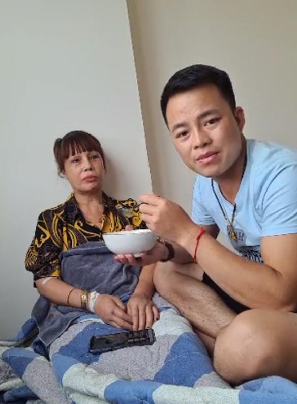 Cô dâu 62 tuổi bất ngờ nhập viện trong đêm, chồng trẻ Hoa Cương chia sẻ nguyên nhân khiến vợ bị sốc - Ảnh 2.