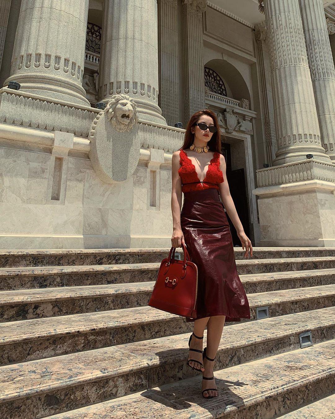 """Đụng hàng áo ren hở toang: Chi Pu vòng 1 ngồn ngộn lại không sang bằng """"ma nữ"""" đẹp nhất Thái Lan - Ảnh 2."""