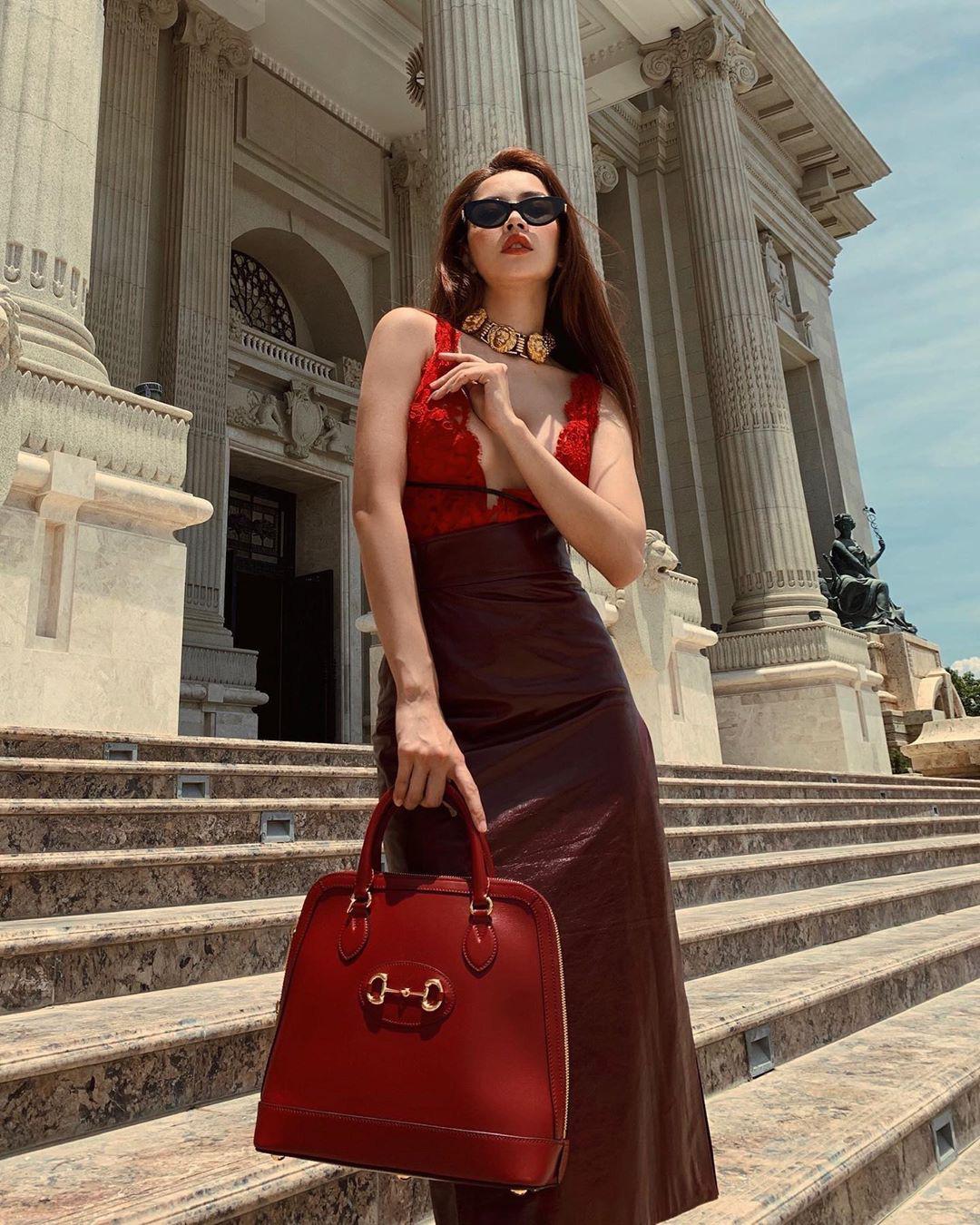 """Đụng hàng áo ren hở toang: Chi Pu vòng 1 ngồn ngộn lại không sang bằng """"ma nữ"""" đẹp nhất Thái Lan - Ảnh 3."""