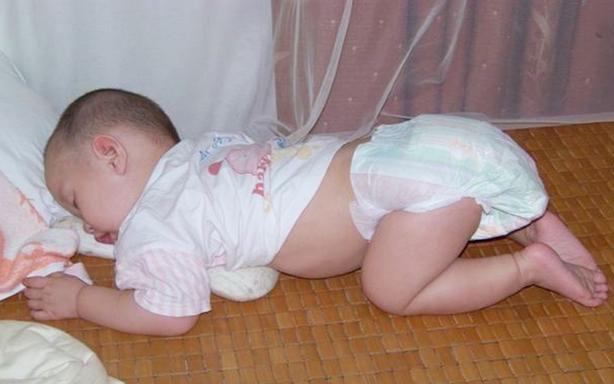 Nhiều trẻ thích ngủ trong tư thế chổng mông lên trời, tưởng không thoải mái nhưng lại rất tốt cho bé