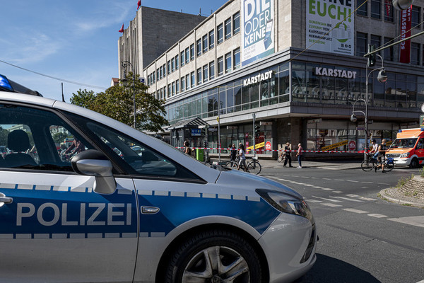 Xông vào ngân hàng cướp giữa ban ngày ở Đức, 11 người bị thương - Ảnh 1.