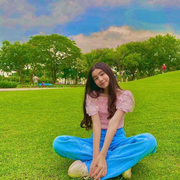 Tiếp bước chị gái Lọ Lem, cô út Hạt Dẻ nhà MC Quyền Linh đến tuổi xinh như Hoa hậu nhờ một chi tiết đặc biệt quan trọng này - Ảnh 1.