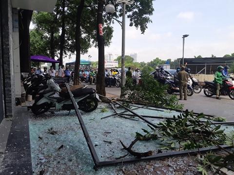 Hà Nội: Sau tiếng nổ lớn kính tòa nhà văng xuống đường trúng taxi, 2 người nhập viện - Ảnh 8.
