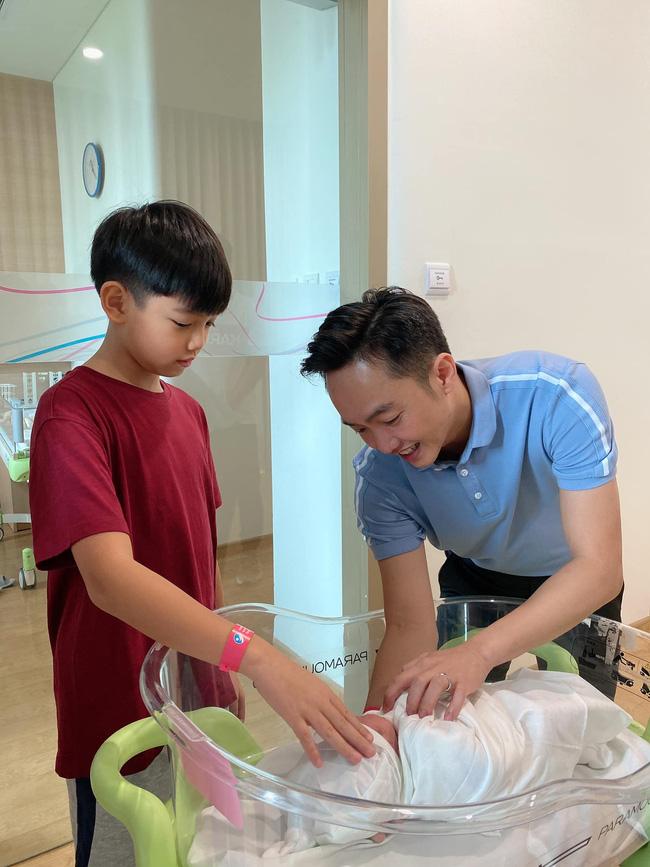 Đàm Thu Trang khoe khoảnh khắc Cường Đô La hạnh phúc ngắm nhìn con gái mới sinh - Ảnh 2.