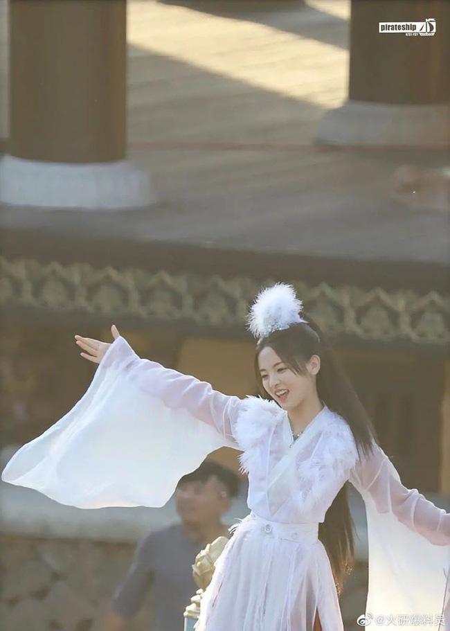 """""""Mỹ nữ đẹp nhất Trung Quốc"""" Dương Siêu Việt bị chê là truyền nhân diễn dở đáng xấu hổ của Angelababy  - Ảnh 4."""