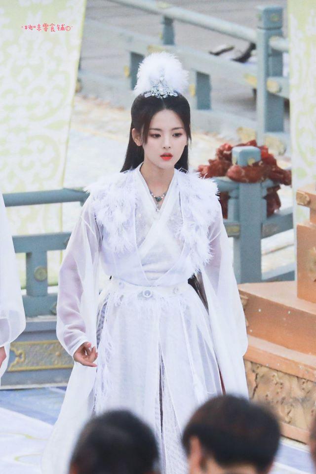 """""""Mỹ nữ đẹp nhất Trung Quốc"""" Dương Siêu Việt bị chê là truyền nhân diễn dở đáng xấu hổ của Angelababy  - Ảnh 6."""