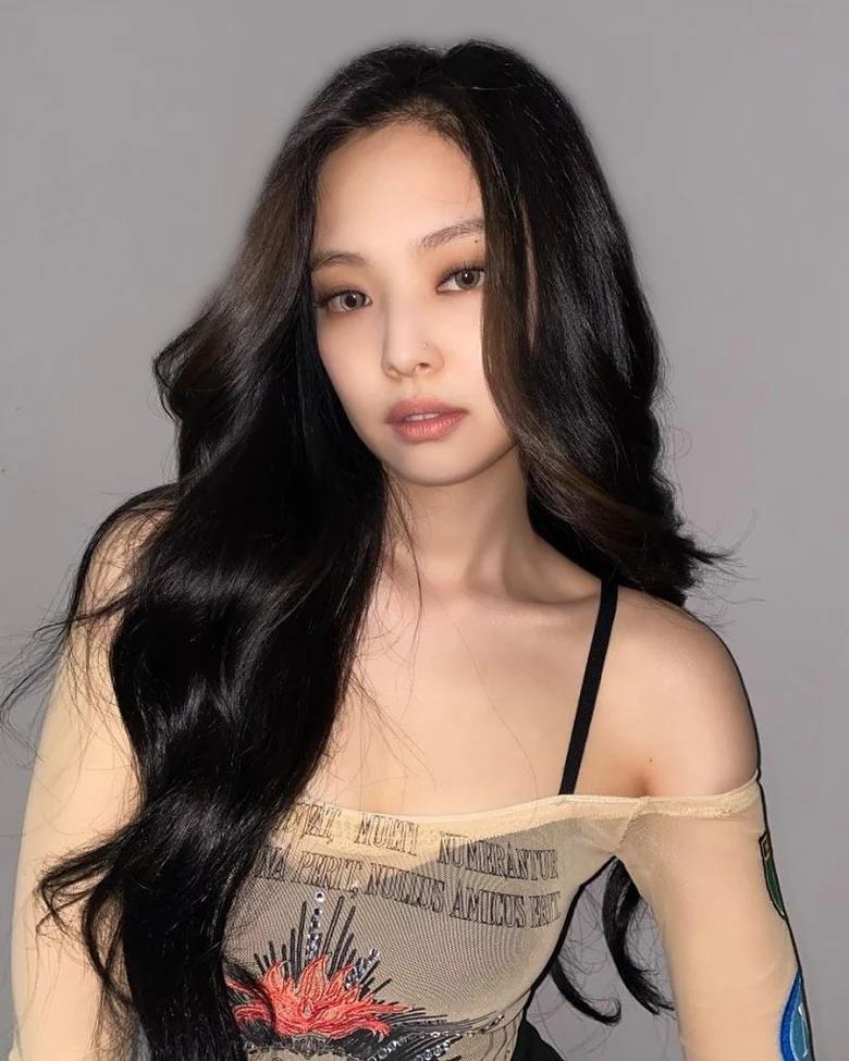 5 idol sắc sảo khi trang điểm nhưng hóa em bé khi để mặt mộc: Jennie xinh đẹp bất chấp, Hwasa - Ảnh 2.