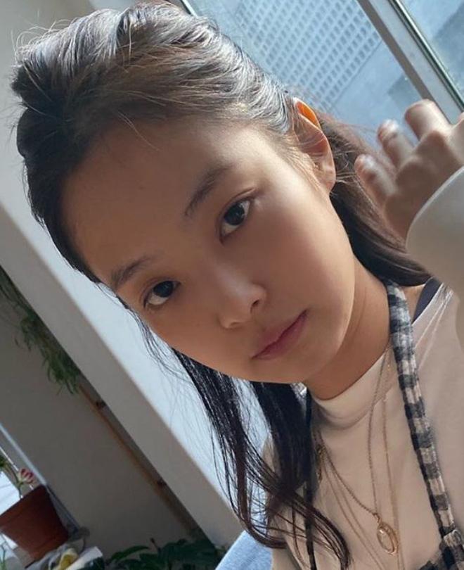5 idol sắc sảo khi trang điểm nhưng hóa em bé khi để mặt mộc: Jennie xinh đẹp bất chấp, Hwasa - Ảnh 7.