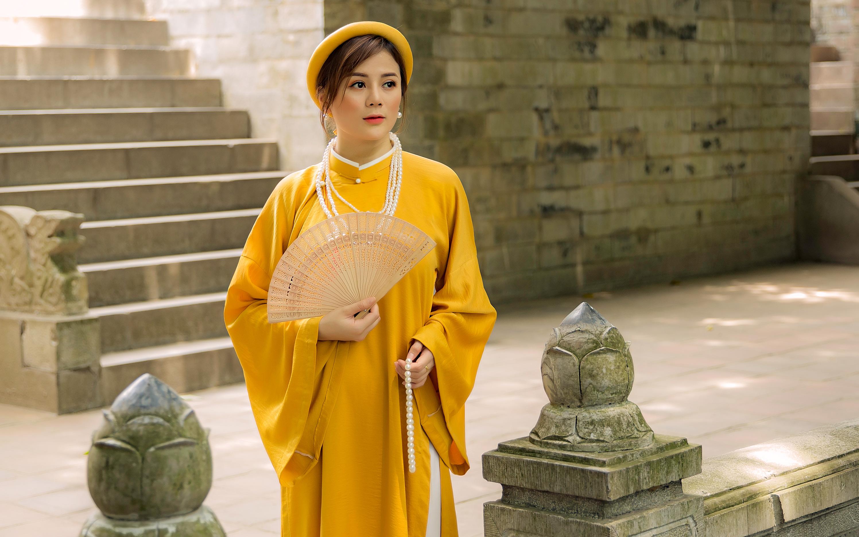Giới trẻ Hà Nội phát cuồng với trend cổ phục Việt, mạnh tay chi cả triệu để được một lần làm cô gái ngày xưa diện bộ áo dài, chân đi guốc mộc